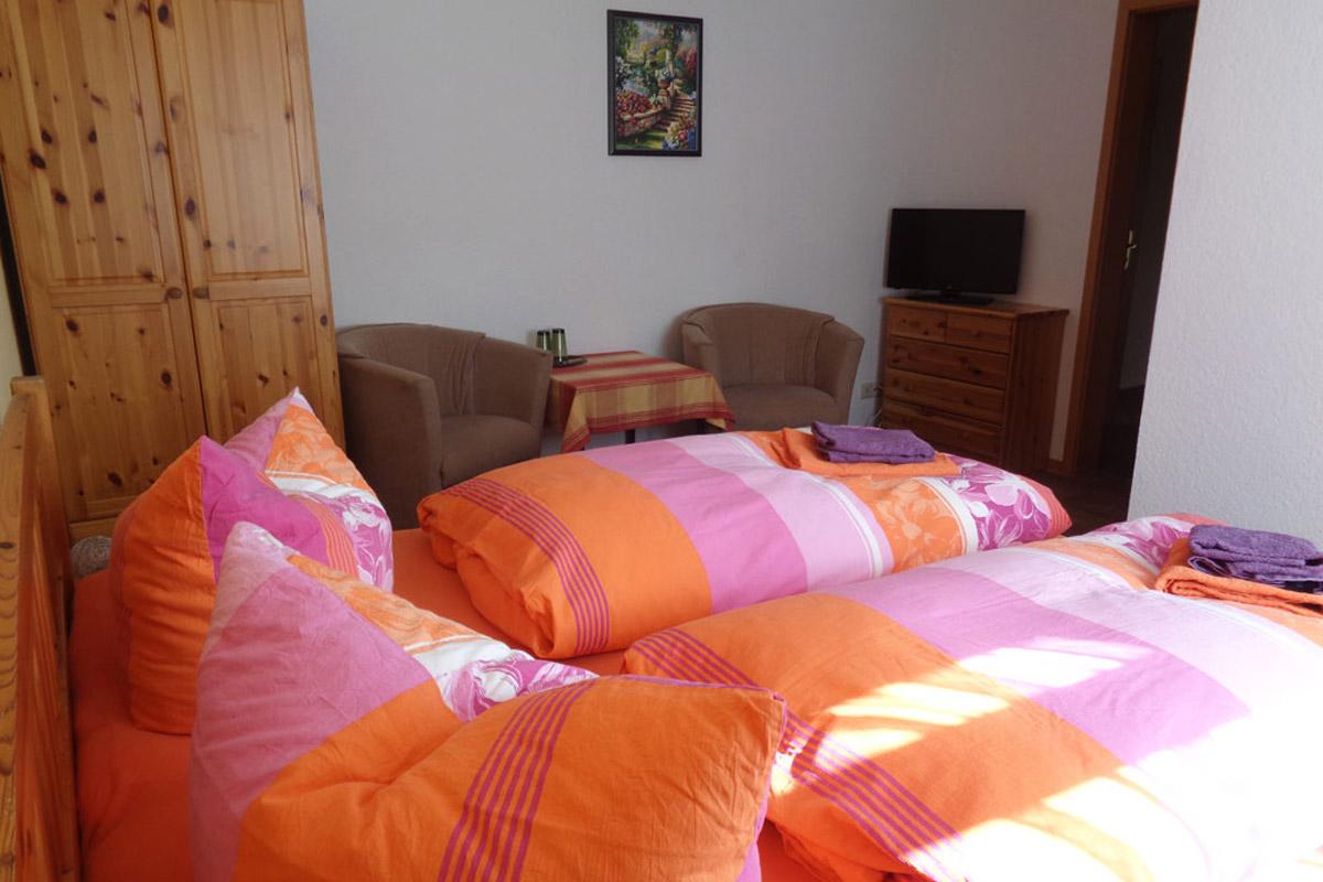 Ferienzimmer mit Doppelbett und Schrank