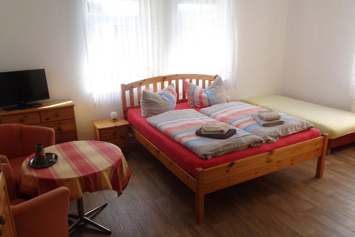 Ferienzimmer mit Doppelbett und TV