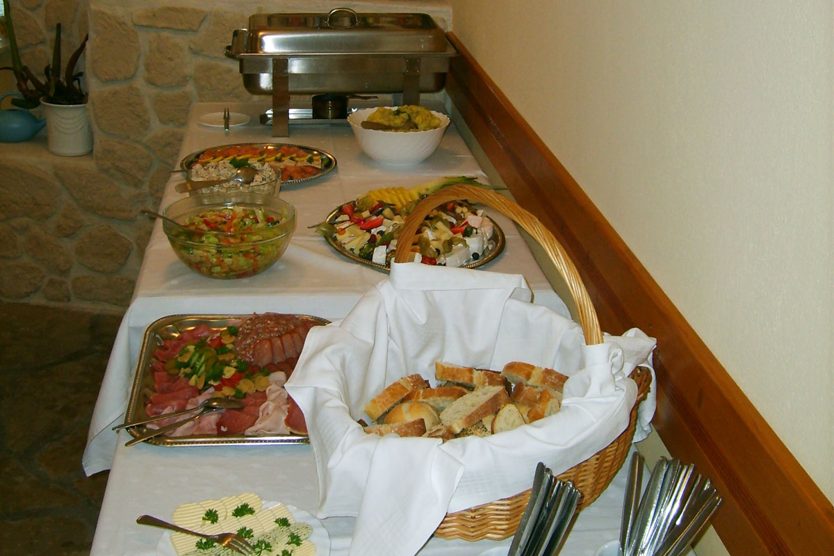 Buffet mit Antipasti und Brot