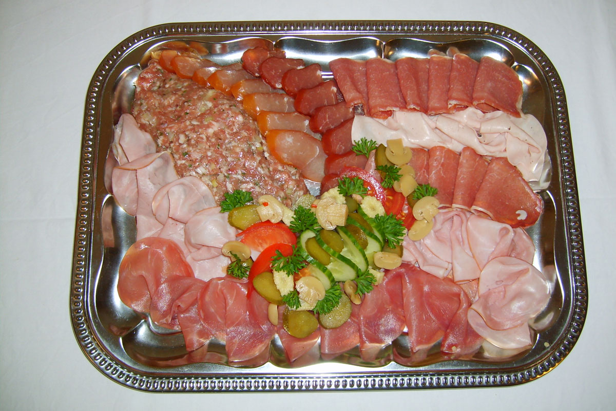 Buffet mit Wurstplatte